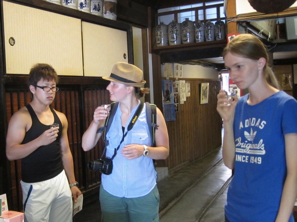 国際ボランティア岩村醸造で試飲
