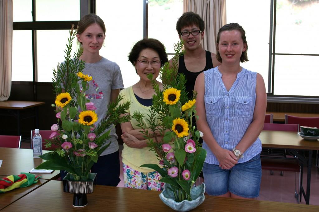 国際ボランティアの活け花体験